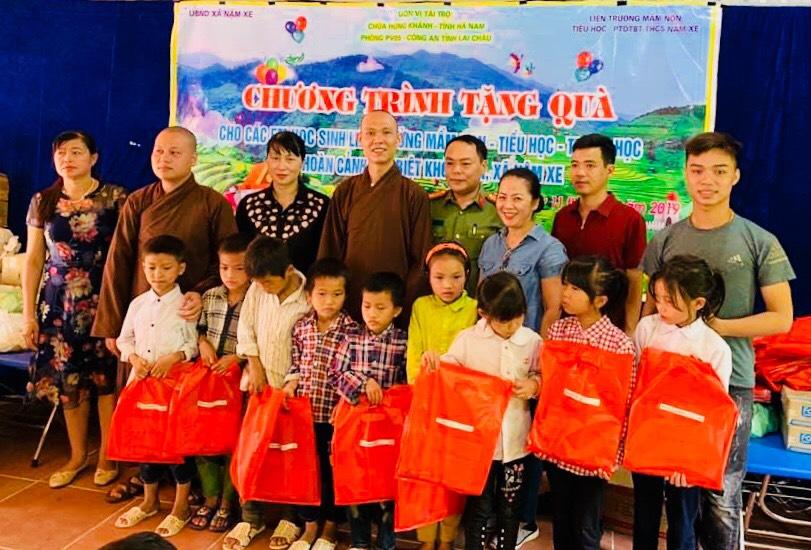 Hà Nam: Câu Lạc Bộ thiện tâm chùa Hưng Khánh tặng quà Trung thu cho các em học sinh vùng sâu, vùng xa.