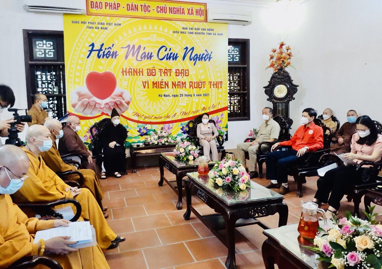 Tăng, Ni và tín đồ Phật tử Hà Nam tình nguyện hiến máu cứu người - Hành Bồ Tát đạo - Vì Miền Nam ruột thịt.